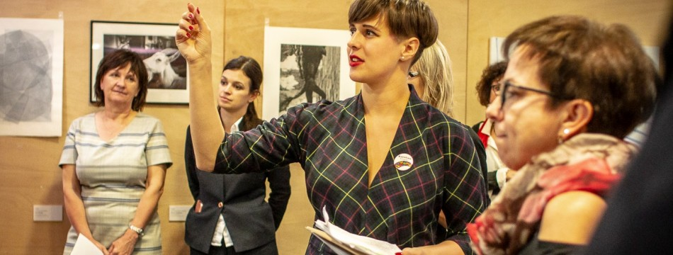 Kurátorka benefiční aukce Cesty domů Karolína Drábková provází předaukční výstavou v roce 2019   foto: Daniela Dahlien Neumanová