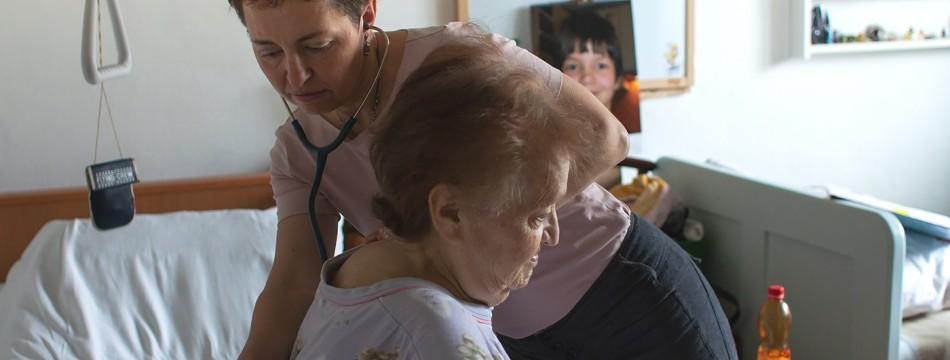 Lékařka u pacientky Domácího hospice Cesta domů