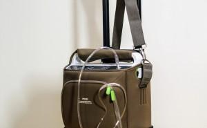 přenosný koncentrátor kyslíku Philips SimplyGo pro mobilní pacienty | váha přístroje: 4,5 kg | nastavitelný režim: pulsní a kontinuální | průtok kyslíku: 0,5 až 2 l/min.