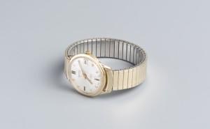 4 ~ pánské náramkové hodinky ~ zlaté pouzdro, zn. Gruen ~ rytá datace 1974 ~ s věnováním ~ vyvolávací cena 6 000 Kč